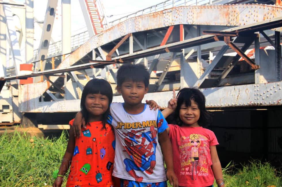 Cầu đường sắt Bình Lợi gắn bó với tuổi thơ của các trẻ em ở đây.