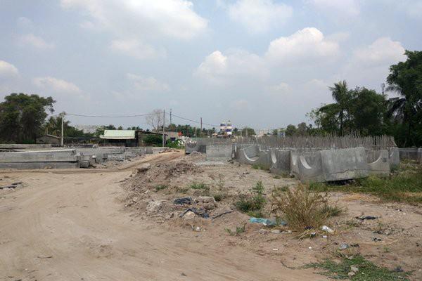 Đường Vành đai 2 ngổn ngang, tìm ẩn nhiều nguy cơ cho người tham gia giao thông và cả các hộ dân sống lân cận.