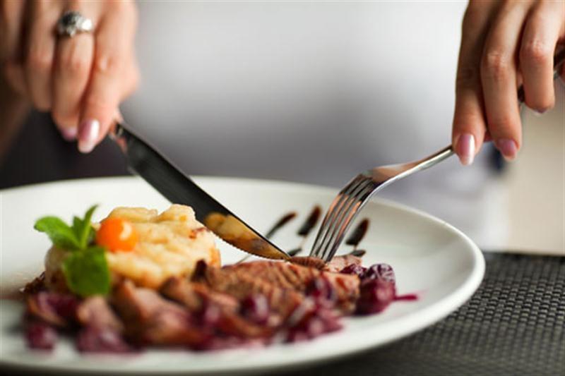 Bạn nên giữ các đầu sắc và nhọn của dao, nĩa luôn hướng xuống phía dưới.