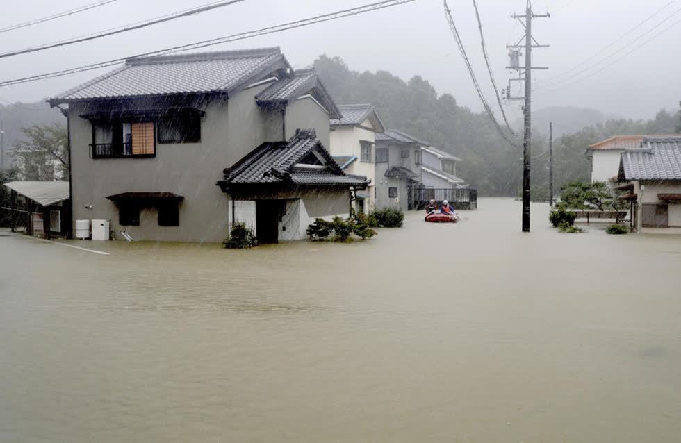 """Người dân Nhật Bản """"nín thở"""" chờ bão Hagibis đổ bộ"""