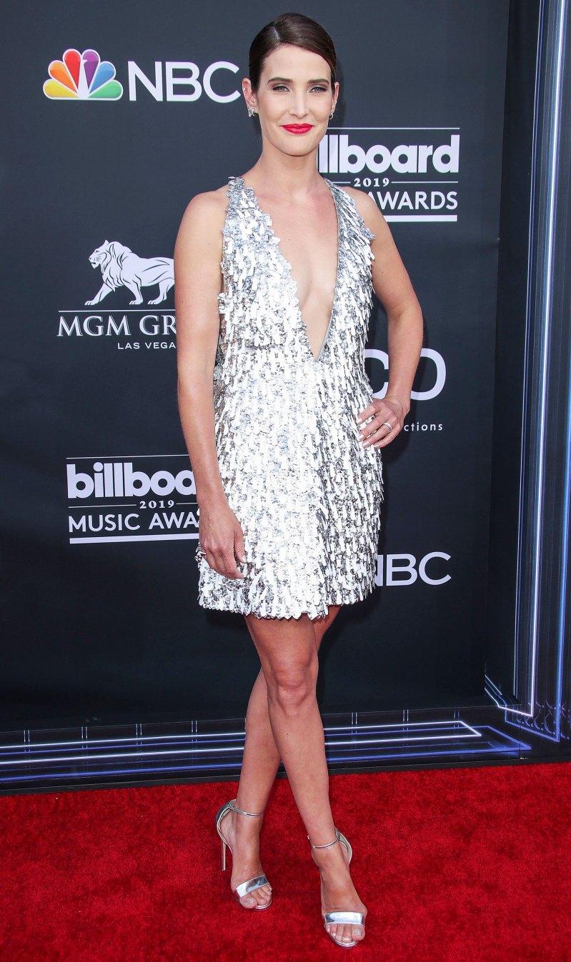 Cobie Smulders trẻ trung với thiết kế váy ánh kim xẻ cổ sâu. Cô chọn cho mình một đôi giày