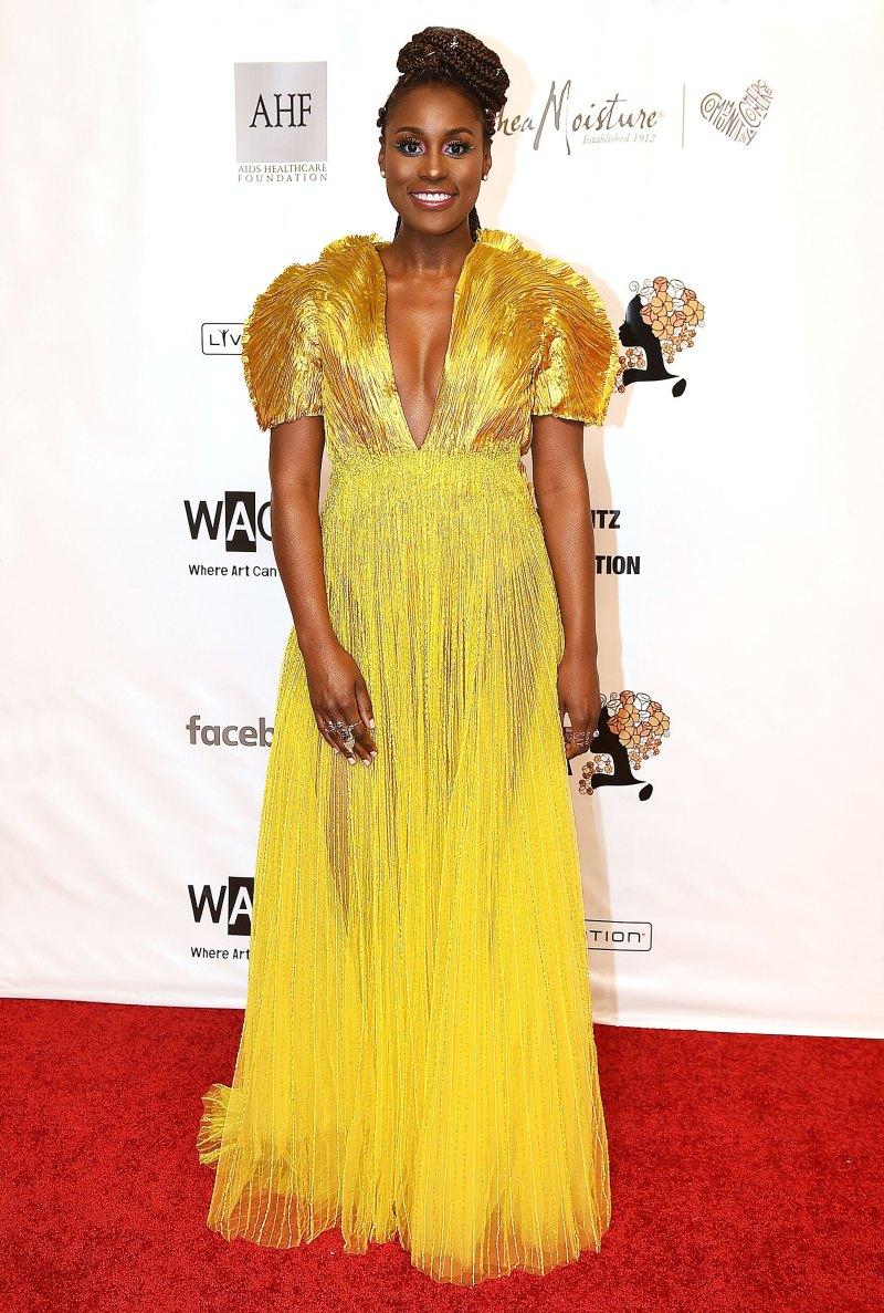 Nằm trong BST Cuộc dạo chơi của các vì sao, chiếc đầm vàng ánh kim của NTK Công Trí được nữ diễn viên Issa Rae lựa chọn. Trang phục với những đường nét gấp nếp mang đến sự nữu tình cho người mặc. Với màu vàng sắc sỡ, nữ diễn viên không kết hợp thêm bất kì phụ kiện nào để tránh dư thừa.Giá là 14.600 USD, tương đương 350 triệu VNĐ.