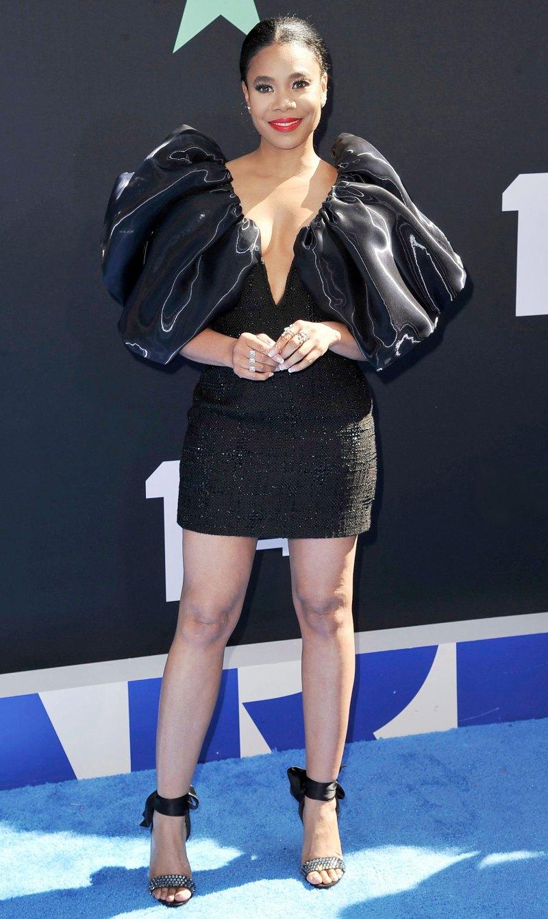Tại một sự kiện, Regina Hall đã lựa chọn chiếc đầm màu đen đơn giản do Công Trí thực hiện. Thiết kế gợi cảm với phom dáng ôm sát cơ thể, đường xẻ ngực sâu nhưng cũng ấn tượng với phần vai bồng lạ mắt. Giá để sở hữu bộ trang phục này là 6.800 USD, hơn 150 triệu VNĐ.