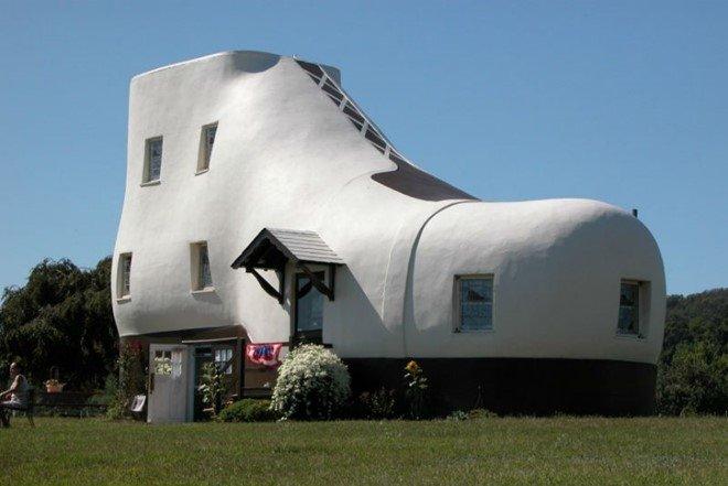 Trong xã hội hiện đại, chúng ta đều sống trong những ngôi nhà na ná nhau. Nhưng kiến trúc là nghệ thuật, do đó nó luôn hướng đến sự mới mẻ, độc đáo. Ngôi nhà hình chiếc giày là một điển hình về sự lột xác và sáng tạo.