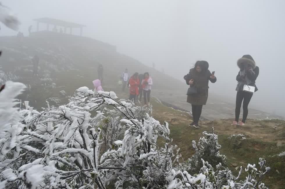 Du lịch tháng 12: Mùa đông tuyết phủ kín lối về ở Bắc bộ