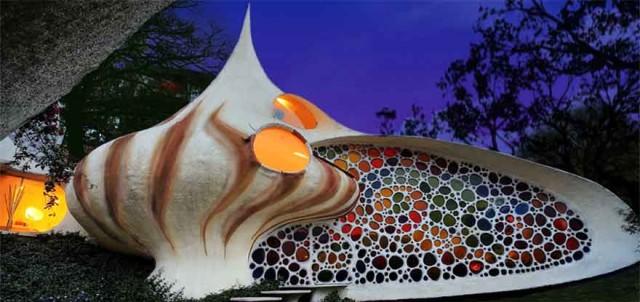 Ngôi nhà được kiến trúc sư người Mexico thiết kế với ý tưởng ngoại thất hình sò biển đẹp mắt.