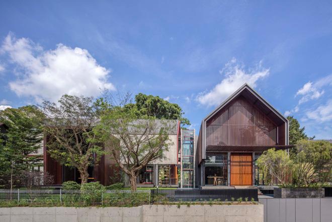 Công trình bao gồm 2 tầng với một bể bơi trong sân vườn. Ngôn ngữ thiết kế được các kiến trúc sư sử dụng ở đây bao gồm tận dụng tối đa quang cảnh và ánh sáng thiên nhiên kết hợp cùng cây xanh.