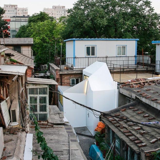 Nằm lọt thỏm trong một khu nhà cũ kỹ tại Bắc Kinh, Trung Quốc. Ngôi nhà này sử dụng thiết kế plug-in, nghĩa là có thể lắp ráp các thành phần của công trình vào với nhau mà không cần đến bất kỳ một máy móc hay vật liệu nặng nào trong ngành xây dựng.