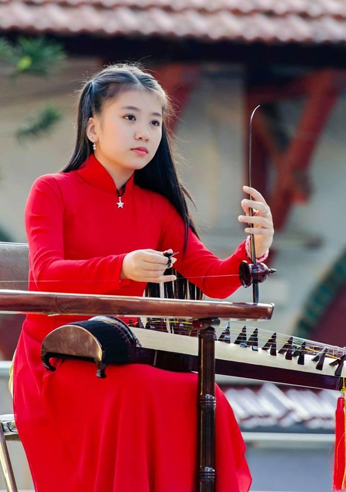 Thùy Trang đam mê đàn dân tộc.