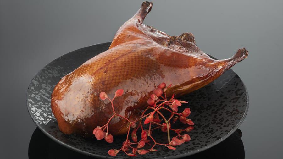 Món vịt quay Bắc Kinh đặc trưng cùng trứng cá muối Beluga của miền Nam nước Nga tại nhà hàng này có giá 550 USD.