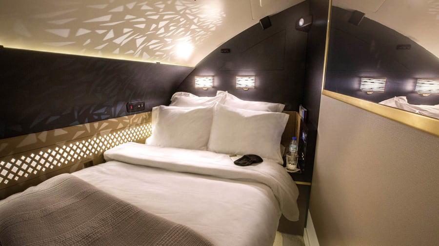 Ở đây, hành khách có sự riêng tư tuyệt đối, nghỉ ngơi trên chiếc giường cùng phụ kiện hàng hiệu, và được kết nối wifi cùng hệ thống giải trí cập nhật trên TV LCD 32 inch.