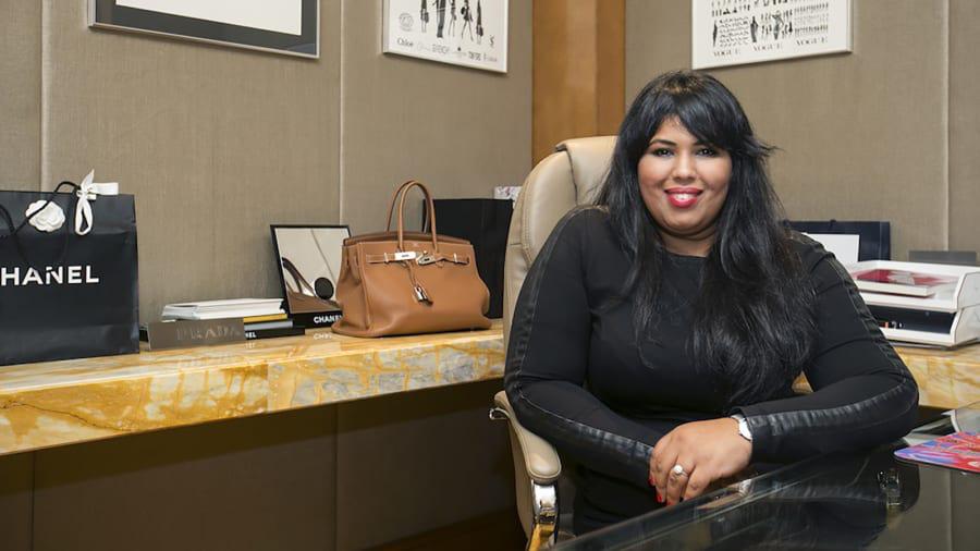 Không chỉ chi tiền để mua sắm, giới thượng lưu Abu Dhabi còn thuê trợ lý riêng để giúp mình mua sắm. Sara Khan và đội ngũ của cô tại By Appointment có thể giúp họ mua được những món hàng hiệu hiếm như túi Hermès Birkin giá khoảng 350.000 USD.