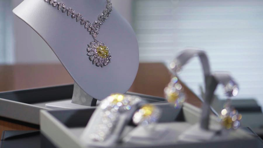 Công ty Mouawad của gia tộc danh tiếng Mouawad chuyên cung cấp dịch vụ đặt lịch hẹn cho các khách hàng thượng lưu tại Abu Dhabi để giúp họ mua kim cương.