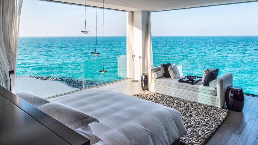Giống như biệt thự trên mặt nước ở Maldives, căn biệt thự này có 6 phòng ngủ, 7 phòng tắm cùng bãi biển riêng và bể bơi vô cực.