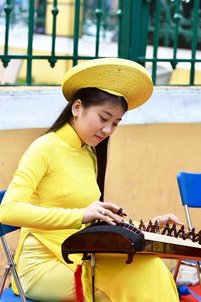 Lộ diện nữ sinh chơi đàn trước Bưu điện TP.HCM