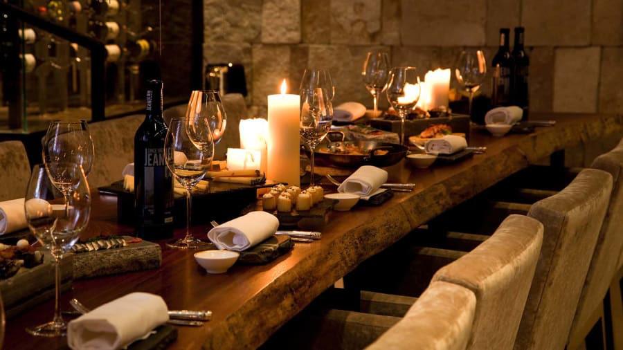 Giới giàu và thời thượng nhất tại Abu Dhabi thường tới hầm rượu La Cava của khách sạn Rosewood để thưởng thức những chai rượu hảo hạng và quý hiếm.