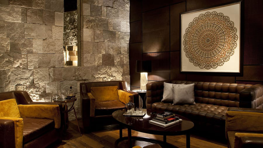 Hầm rượu duy nhất của UAE này có hơn 1.000 nhãn rượu cao cấp. Tại đây có khu vực hút xì gà, nơi khách có thể vừa hút xì gà Cuba chính hiệu, vừa nhâm nhi rượu cognac hoặc whiskey.
