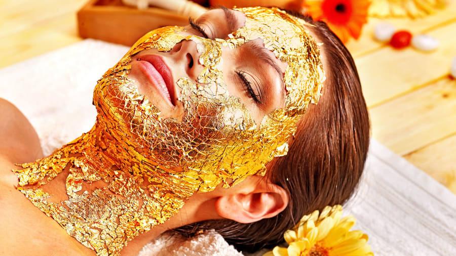 Emirates Palace Spa nổi tiếng trong giới thượng lưu Abu Dhabi với liệu trình massage trong 90 phút, bao gồm đắp mặt nạn vàng 24 carat. Dịch vụ này bao gồm ăn trưa và cả quà mang về.