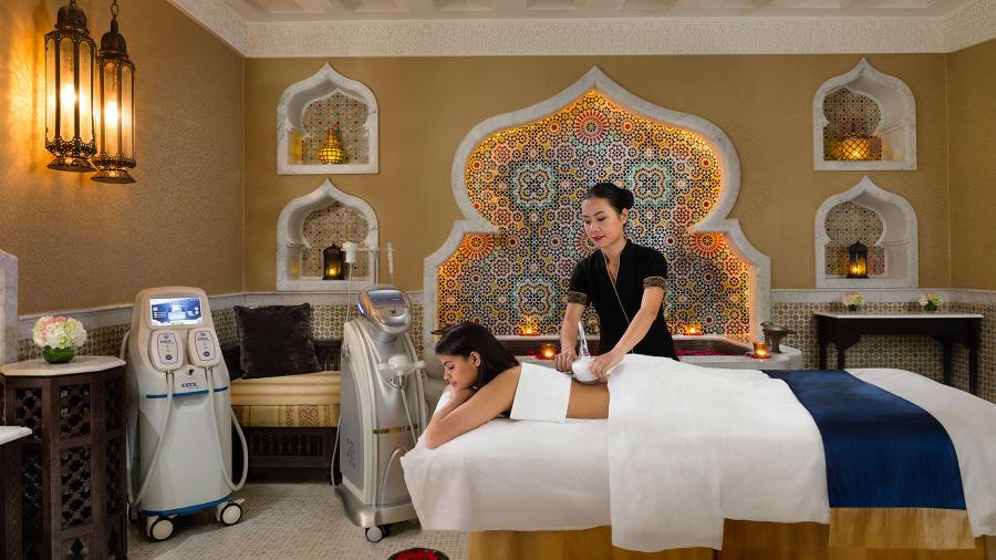 Được trang trí xa hoa với phòng tắm bằng đá cẩm thạch, vải hạng sang và lá vàng, Emirates Palace Spa là địa điểm ưa thích của giới giàu và nổi tiếng ở Abu Dhabi.