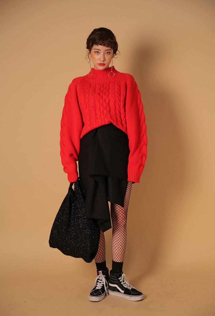 Vẫn là công thức đơn giản áo len đỏ + chân váy + giày sneaker, chỉ cần bạn diện thêm tất lưới là set đồ đã mang cảm giác khác hẳn: sexy hơn, tạo bạo hơn và