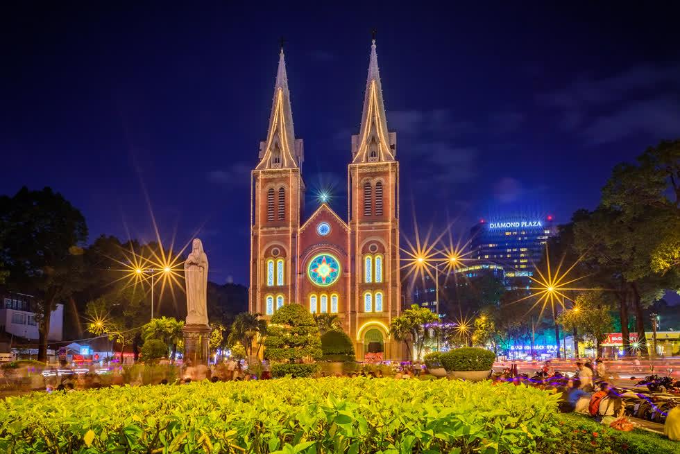 Hàng năm, nhà thờ Đức Bà là địa điểm hàng ngàn người dân TP.HCM tập trung về chụp ảnh, vui chơi và đón Giáng sinh trong không khí đầm ấm.