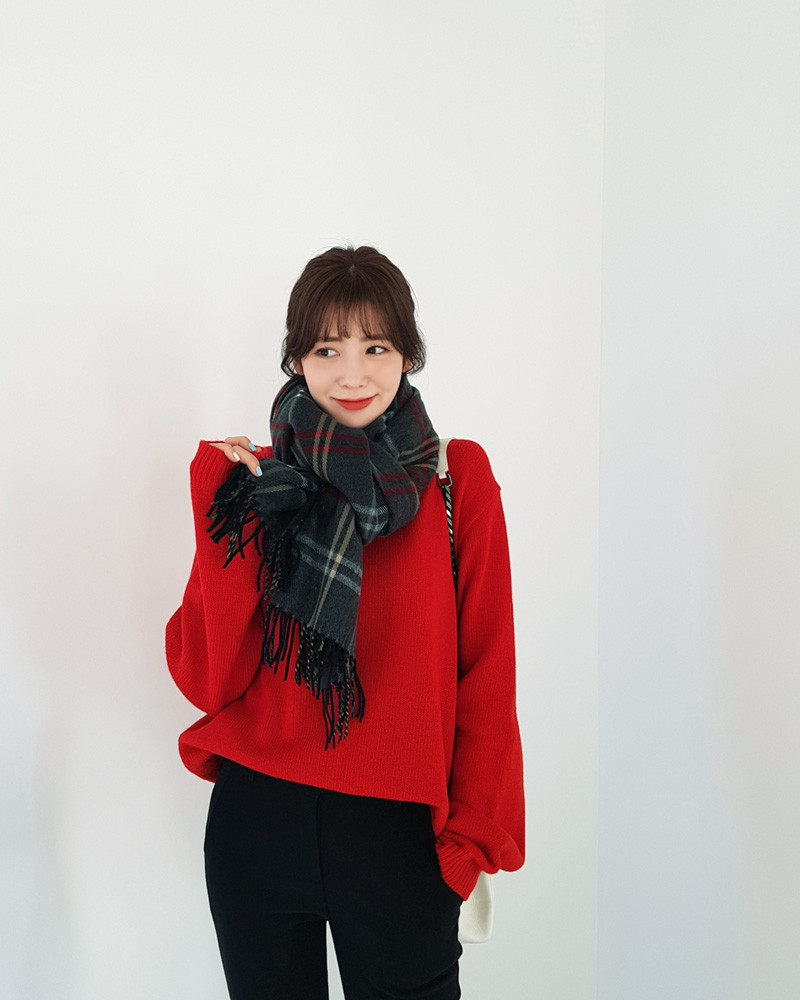 Nếu cảm thấy chiếc áo len đỏ rực rỡ hơi thiếu vắng điểm nhấn, bạn hãy quàng thêm một chiếc khăn kẻ to sụ như thế này, trông vừa cá tính lại vừa