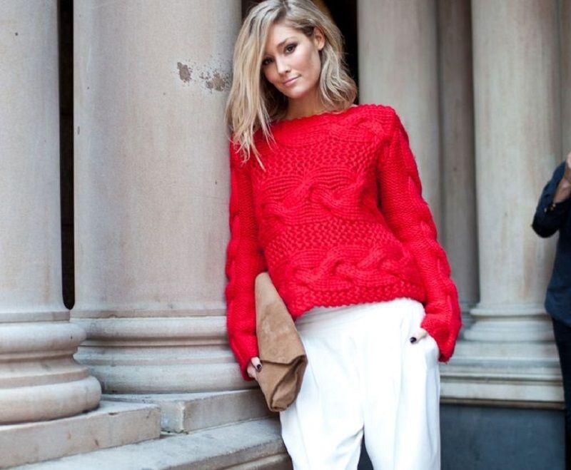 Mùa đông năm nay, kiểu quần len gân được các tín đồ thời trang châu Á đặc biệt ưa thích. Chỉ cần mix áo len đỏ với quần len gần màu trắng, bạn đã có set đồ ấm áp, mềm mại mà lại hợp xu hướng.