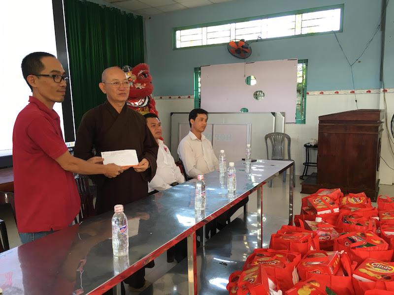 Ông Đào Văn Khảo, Trưởng đại diệnTạp chí Điện tử Phụ Nữ Mới tại TP.HCM trao tiền hỗ trợ choĐại đức Thích Quảng Tâm, trụ trì Chùa Long Thạnh.