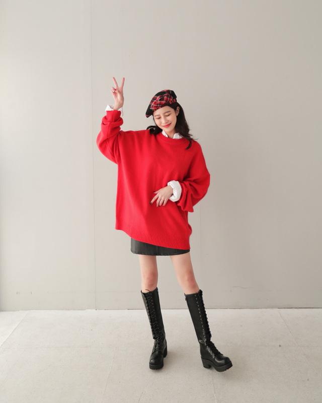 Váy len đỏ + boots cao cổ chính là câu trả lời thỏa đáng nhất nếu bạn đang tìm kiếm một công thức mix đồ vừa có màu đỏ tràn ngập tinh thần Giáng sinh lại vừa trendy nhất ở thời điểm này. Hãy nhớ layer áo sơ mi bên trong và đội thêm mũ lưỡi trai nữa để hoàn thành công thức đỉnh cao của mùa Noel năm nay nhé.