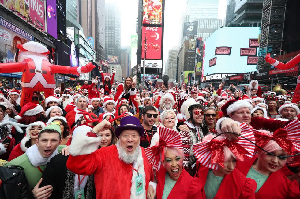 Hàng ngàn người hóa trang thành ông già Noel tại SantaCon ở Quảng trường Thời đại ở New York, vào ngày 14/12. Ảnh:Getty.