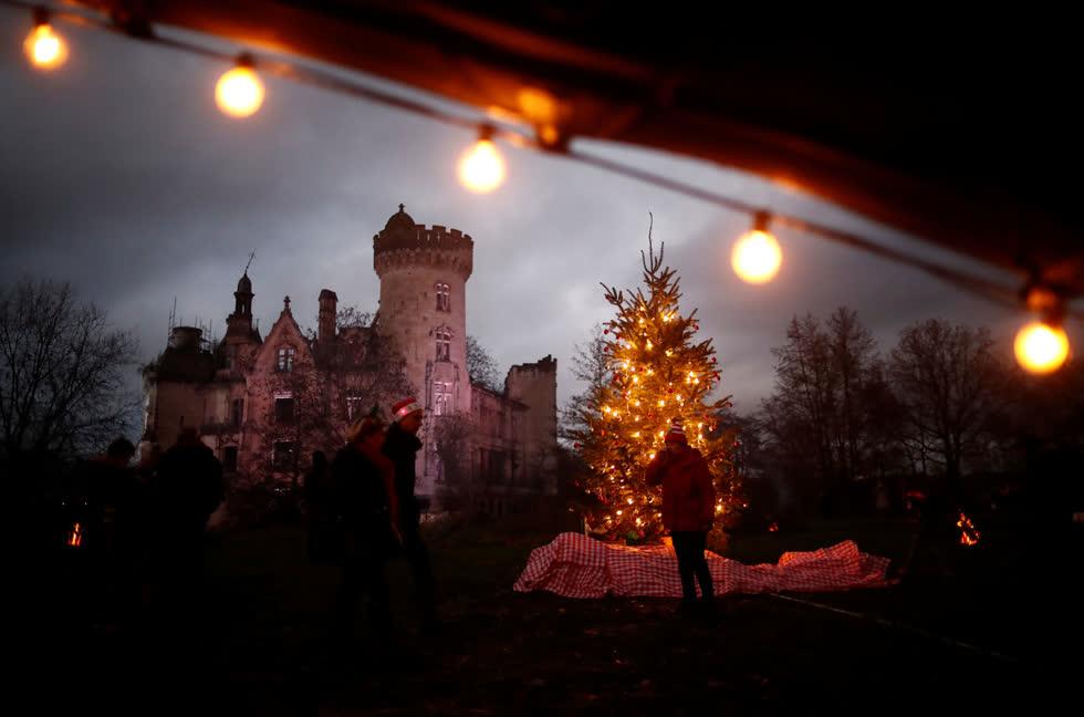 Khung cảnh của một hữa tiệc Giáng sinh được tổ chức tại Château de la Mothe-Chandeniers ở Les Trois-Moutiers, Pháp, vào ngày 7/12. Ảnh:Reuters.