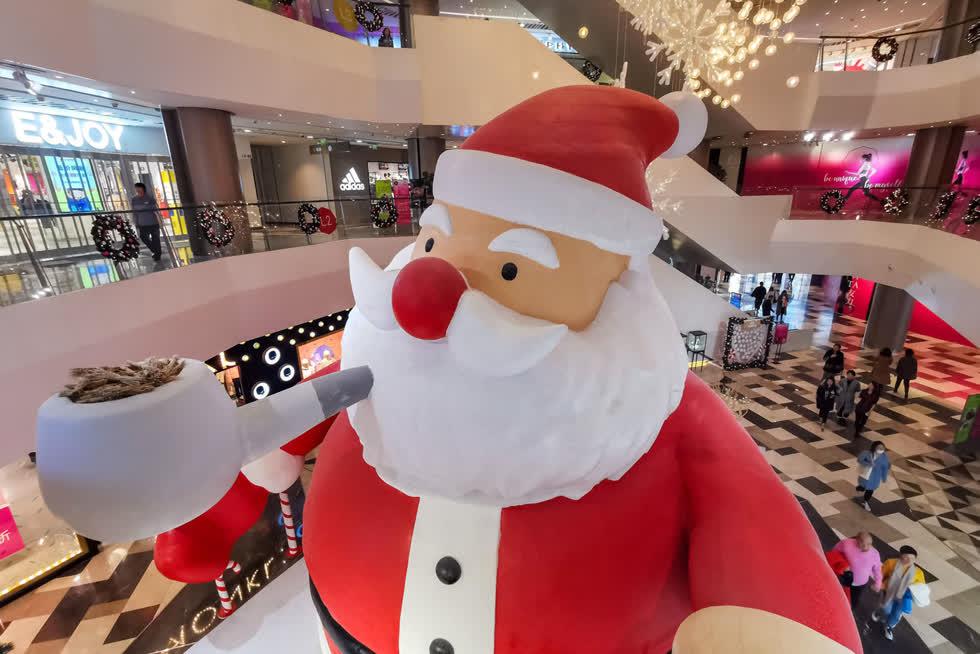 Một ông già Noel khổng lồ đứng trong một trung tâm mua sắm để đón Giáng sinh ở Thượng Hải, Trung Quốc, vào ngày 10/12. Ảnh:TPG / Getty.