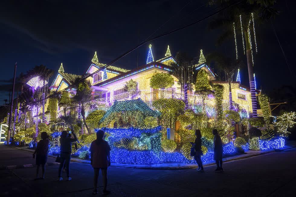 Người dân Philippines thích trang trí Giáng sinh và đèn ngày lễ được trưng bày tại dinh thự của doanh nhân Alexander Cruz ở Cainta, Philippines, vào ngày 15/12. Ảnh: AP.