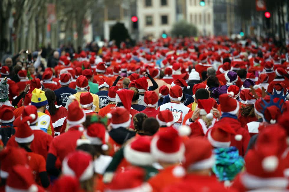 Các vận động viên hóa trang thành ông già Noel tham gia