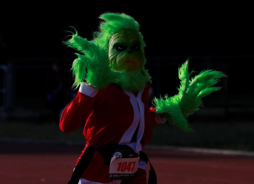 Một người tham gia hóa trang thành Grinch tham gia cuộc đua thường niên được gọi là