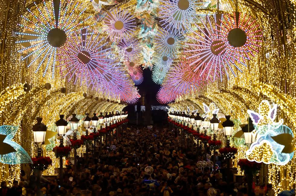 Mọi người tập trung tại đường Marqués de Lario, được trang trí bằng đèn Giáng sinh, tại trung tâm thành phố Málaga, Tây Ban Nha, vào ngày 29/11. Ảnh:Reuters.