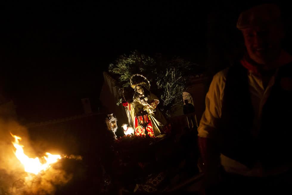 Một lễ hội trước lễ Santa Lucia, ở Casarabonela, Tây Ban Nha.Truyền thống này xuất phát từ một đám rước cũ được thực hiện bởi các công nhân nhà máy dầu ô liu đánh dấu sự khởi đầu của lễ Giáng sinh. Ảnh: Getty.
