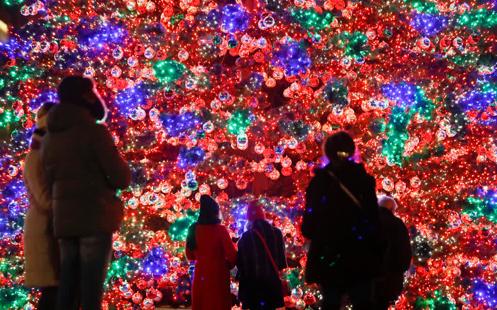 Người dân chiêm ngưỡng cây thông Giáng sinh được chiếu sáng tại quảng trường Marlene-Dietrich-Platz ở Berlin, Đức vào ngày 1/12/ 2019. Ảnh:Reuters.