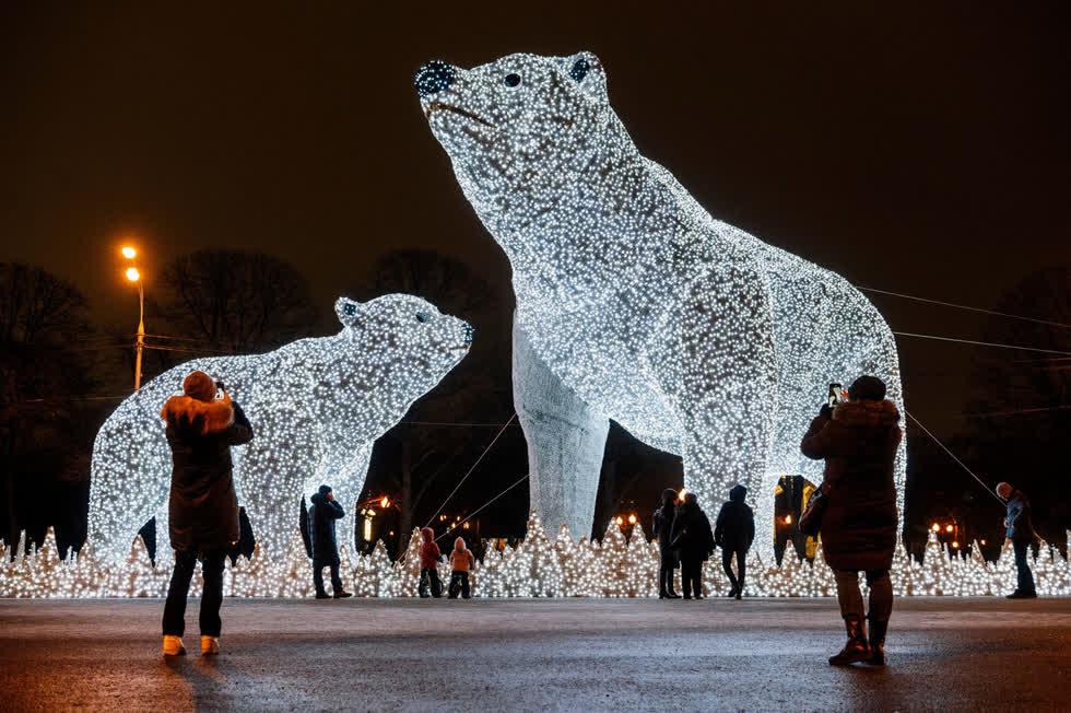 Người dân và du khách tranh thủ chụp ảnh với các tác phẩm sắp đặt ánh sáng Giáng sinh và năm mới tại Công viên Gorky ở Moscow vào ngày 14/12. Ảnh: AFP / Getty.