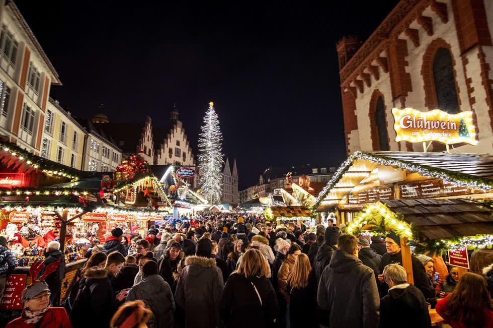 Hàng trăm người đi dạo quanh chợ Giáng sinh ở Frankfurt, Đức, vào ngày 14/12. Ảnh AP