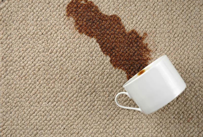 Tẩy vết bẩn trên thảm.