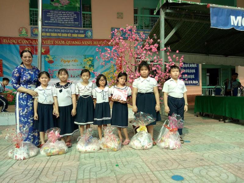 Trao quà cho các trẻ em ởTrường Tiểu học Trần Nhân Tôn.