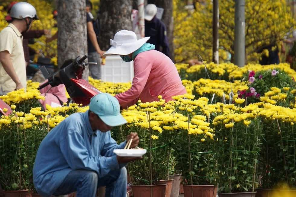 Người buôn hoa kiểng với bữa cơm trưa dưới cái nắng gắt trước khi chia tay Sài Gòn hoa lệ, kết thúc những ngày ăn ngủ cùng hoa Tết để trở về nhà chuẩn bị đón giao thừa.