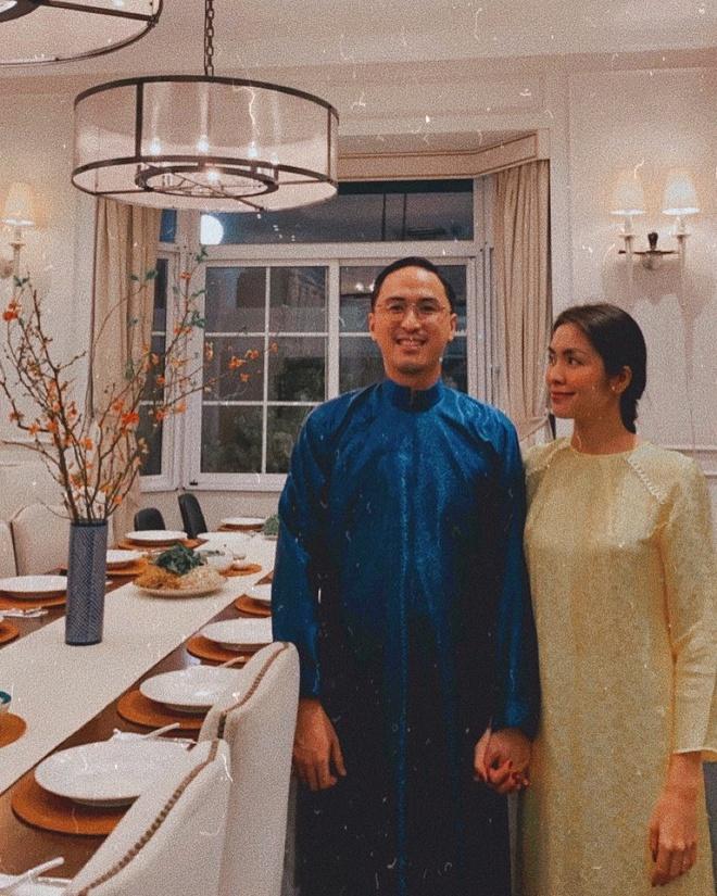 Tăng Thanh Hà cùng chồng diện áo dài tết đơn giản trong ngày cúng 30 Tết.