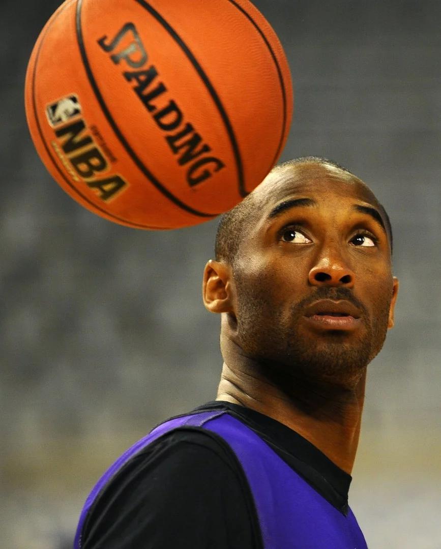 Ảnh chụp vào ngày 6/10/2010,Kobe Bryant nhìn một quả bóng treo trong phòng tập cho trẻ em tại Palau Sant Jordi ở Barcelona. Ảnh: AFP.