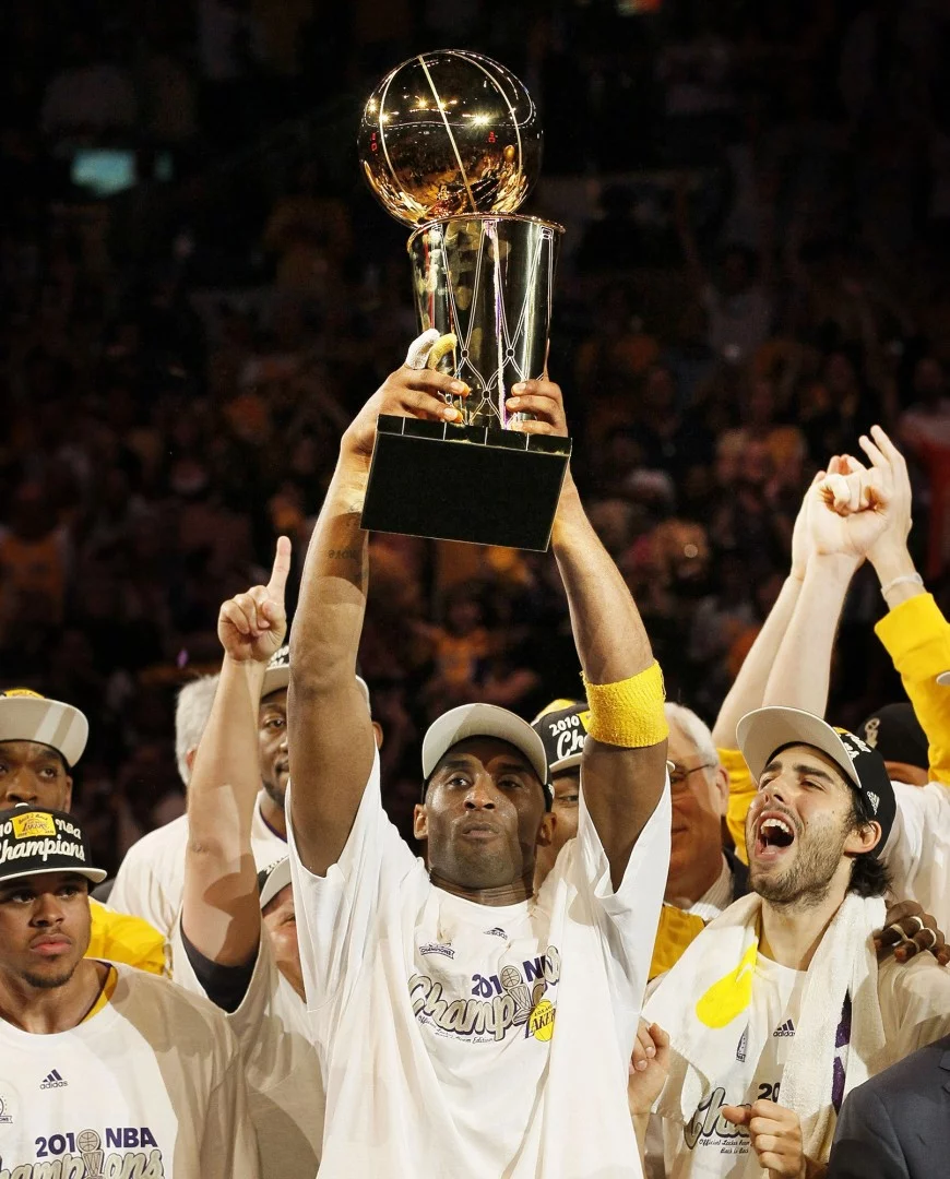 Kobe Bryant nâng chiếc cúp ăn mừng chiến thắng với tỷ số 83-79 khi độiLos Angeles Lakers vào ngày 17/6/2010.