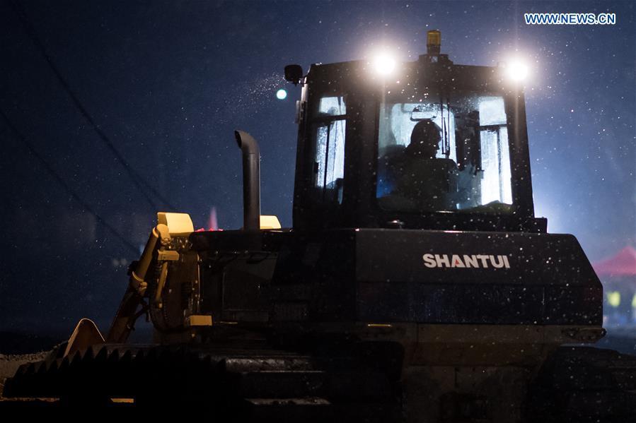 Các công nhân làm việc suốt đêm để kịp tiến độ công việc.