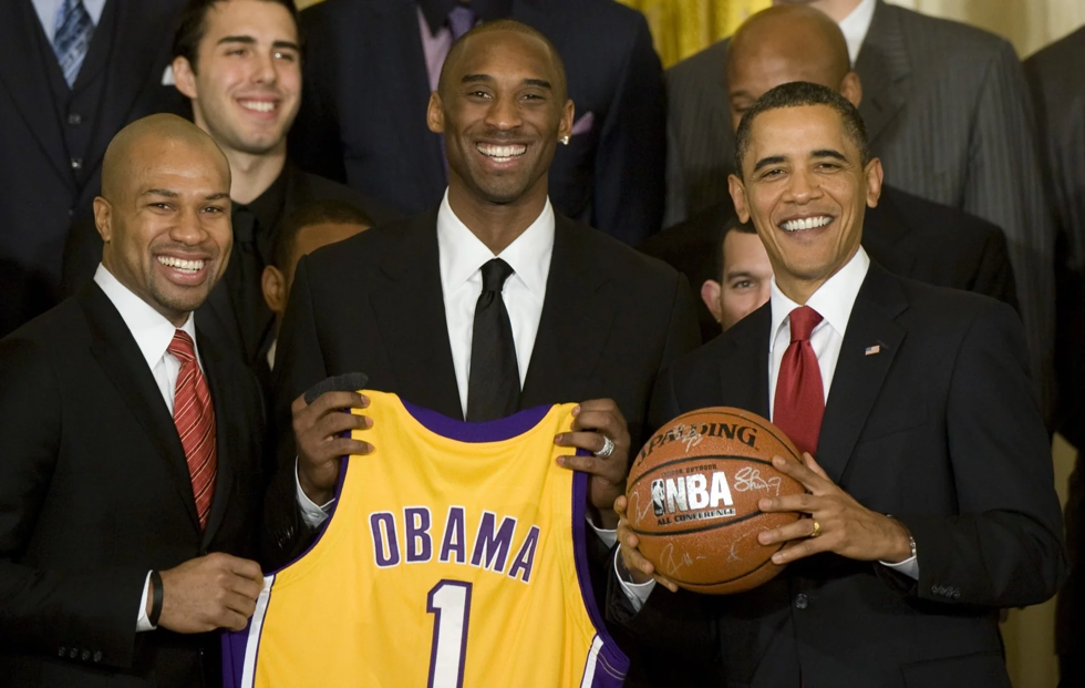 Năm 2010 cựu Tổng thống Barack Obama chụp ảnh với độiLos Angeles Lakers tại Nhà Trắng.