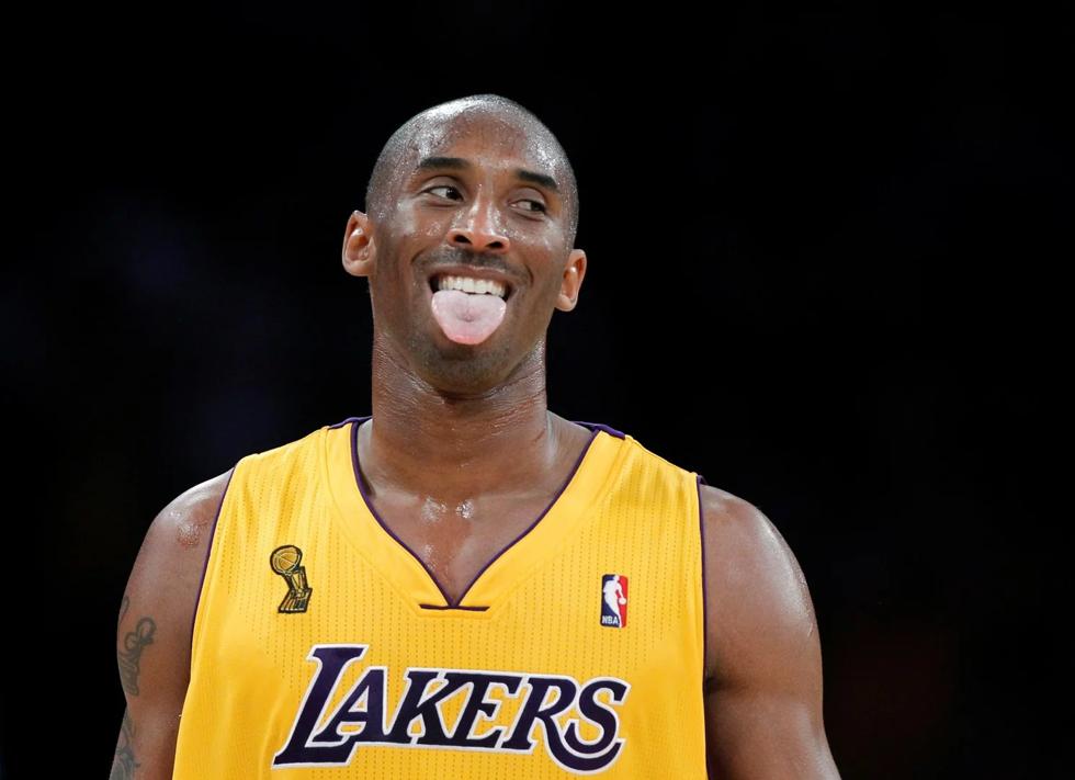 Kobe Bryant sau một quả ném bóng tại giải nhà nghề ở Los Angeles ngày 26/10/2010. Ảnh: Reuters.