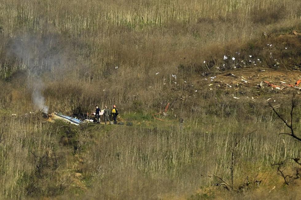 Lính cứu hỏa và cảnh sát trưởng làm việc tại hiện trường vu tai nạn máy bay trực thăngcủa cựu cầu thủ Los Angeles Lakers hôm chủ nhật ngày 26/1/2020 tại Calabasas, California.